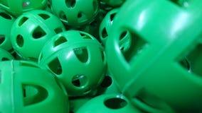 Uma pilha de bolas plásticas perfuradas verdes da prática fotografia de stock