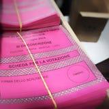 Uma pilha de cédulas italianas para as eleições europeias do 26 de maio de 2019 imagem de stock royalty free