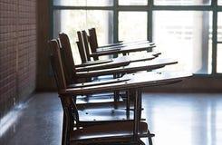Uma pilha de cadeiras vazias da escola fotos de stock