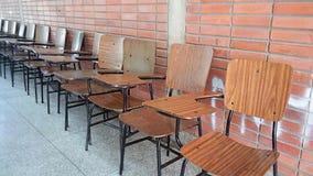 Uma pilha de cadeiras vazias da escola fotografia de stock royalty free