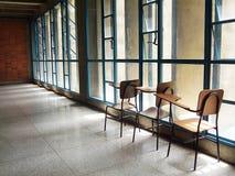 Uma pilha de cadeiras vazias da escola imagem de stock royalty free