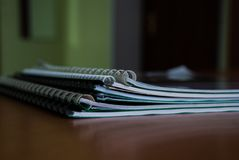 Uma pilha de cadernos e de manuais para o trabalho diário imagens de stock