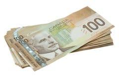 Uma pilha de canadense cem contas de dólar Fotos de Stock Royalty Free