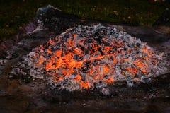 Uma pilha de carvões de incandescência na noite fotografia de stock royalty free