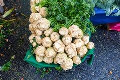 Uma pilha de celeries com suas folhas verdes Fotos de Stock