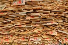 Uma pilha de chapas de desejo de madeira, tabuletas do preyer Imagem de Stock Royalty Free