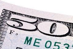 Uma pilha de cinqüênta 50 notas de dólar no fundo branco Foto de Stock
