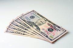 Uma pilha de cinqüênta notas de dólar ventilou para fora em um fundo branco Fotos de Stock Royalty Free