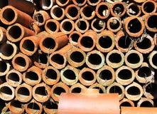 Uma pilha de Clay Drainage Pipes Foto de Stock Royalty Free