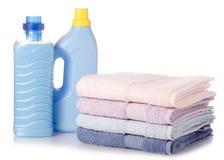 Uma pilha de detergente para a roupa do líquido do condicionador do emoliente de toalhas fotografia de stock royalty free