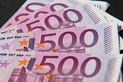 Uma pilha de dinheiro cinco cem euro Imagem de Stock