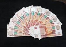 Uma pilha de dinheiro grande Moedas de cinco rublos Fotos de Stock Royalty Free