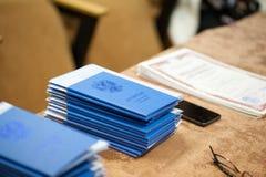 Uma pilha de graduações azuis coloca na tabela imagem de stock royalty free