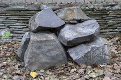 Uma pilha de grandes pedras naturais imagem de stock