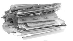 Uma pilha de jornais velhos isolados no fundo branco fotografia de stock royalty free