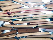 Uma pilha de livro aberto, encontrando-se na tabela Conceito do conhecimento e da educação imagens de stock royalty free