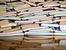 Uma pilha de livro aberto, encontrando-se na tabela Conceito do conhecimento e da educação fotos de stock royalty free