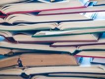 Uma pilha de livro aberto, encontrando-se na tabela Conceito do conhecimento e da educação foto de stock