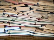 Uma pilha de livro aberto, encontrando-se na tabela Conceito do conhecimento e da educação imagem de stock