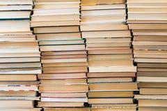 Uma pilha de livros com tampas coloridas A biblioteca ou a livraria Livros ou livros de texto Educação e leitura fotos de stock