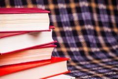 Uma pilha de livros e de um fundo quadriculado Fotos de Stock Royalty Free