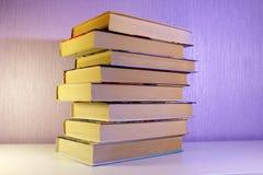 Uma pilha de livros na tabela Fotos de Stock