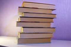 Uma pilha de livros na tabela Foto de Stock Royalty Free