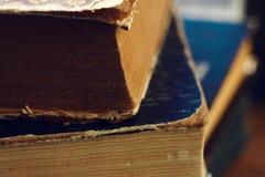 Uma pilha de livros velhos com tampas rasgadas imagens de stock