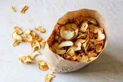 Uma pilha de maçãs secadas Imagem de Stock