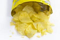 Uma pilha de microplaquetas de batata no fundo branco Fotografia de Stock
