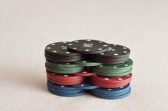 Uma pilha de microplaquetas de pôquer diferentes da cor Foto de Stock