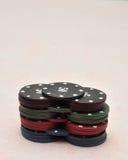 Uma pilha de microplaquetas de pôquer diferentes da cor Foto de Stock Royalty Free