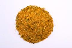 Uma pilha de uma mistura amarela da especiaria Isolado no fundo branco imagens de stock royalty free