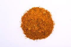 Uma pilha de uma mistura amarela da especiaria para a galinha Isolado no fundo branco Foto de Stock Royalty Free