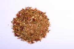 Uma pilha de uma mistura vermelha da especiaria da grade Isolado no fundo branco Imagem de Stock Royalty Free