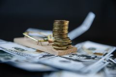 Uma pilha de moedas do Euro em uma ratoeira imagem de stock