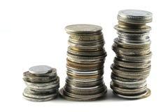 Uma pilha de moedas indianas velhas e novas da moeda fotografia de stock royalty free