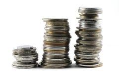 Uma pilha de moedas indianas velhas e novas da moeda fotos de stock royalty free