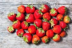 Uma pilha de morangos frescas Foto de Stock