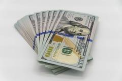 Uma pilha de nós 100 dólares de dinheiro Fotos de Stock