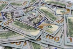 Uma pilha de nós 100 dólares de dinheiro Imagem de Stock