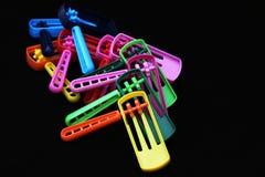 Uma pilha de noisemakers coloridos para o feriado de Purim Foto de Stock