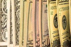 Uma pilha de notas de dólar dos E.U. em uma tabela Foto de Stock