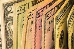 Uma pilha de notas de dólar dos E.U. em uma tabela Fotografia de Stock