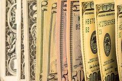 Uma pilha de notas de dólar dos E.U. em uma tabela Fotos de Stock