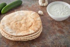 Uma pilha de pães lisos do pão árabe Fotos de Stock