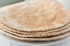Uma pilha de pães lisos do pão árabe Fotografia de Stock