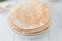 Uma pilha de pães lisos do pão árabe Fotografia de Stock Royalty Free