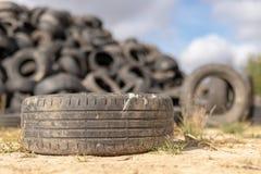 Uma pilha de pneus em uma descarga de lixo velha Velho gastado cansa a pilha fotografia de stock
