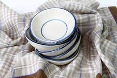 Uma pilha de pratos brancos limpos Imagens de Stock Royalty Free